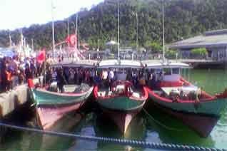 Kapal Ikan Tuna Pelabuhan Perikanan Samudra, Teluk Bungus, Padang