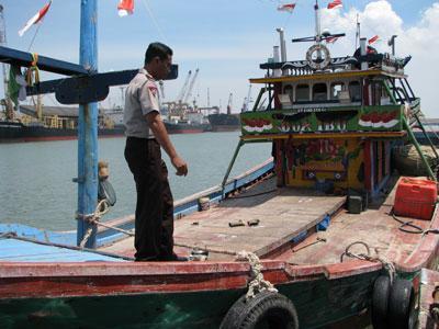 Kapal ikan melakukan penangkapan dengan menggunakan jaring jenis cantrang di perairan tanpa izin
